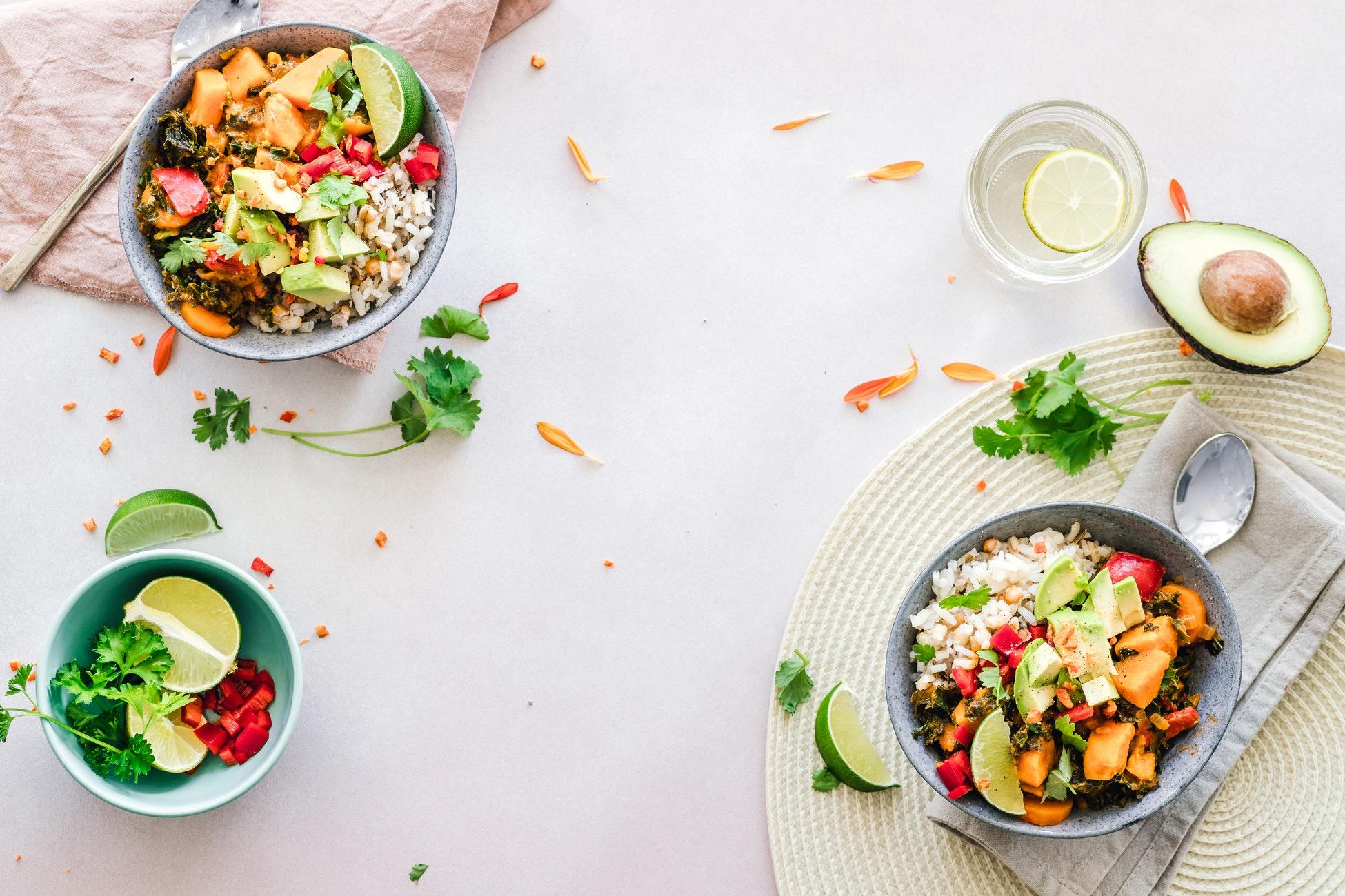 Table avec salade de riz